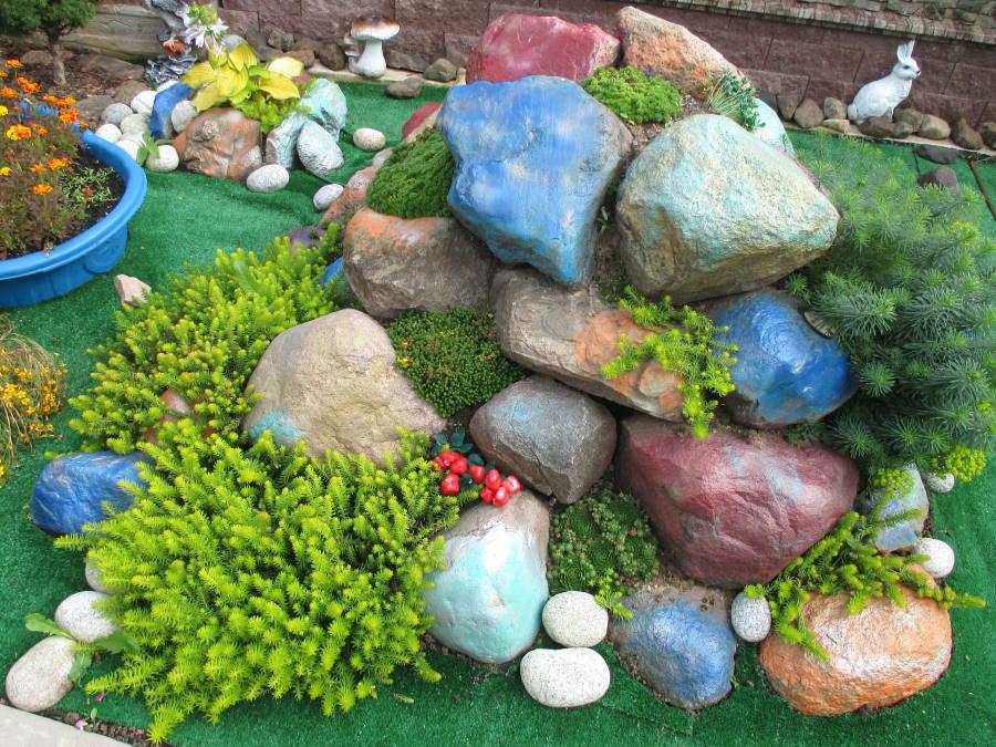 Голубые камни в альпинарии на даче