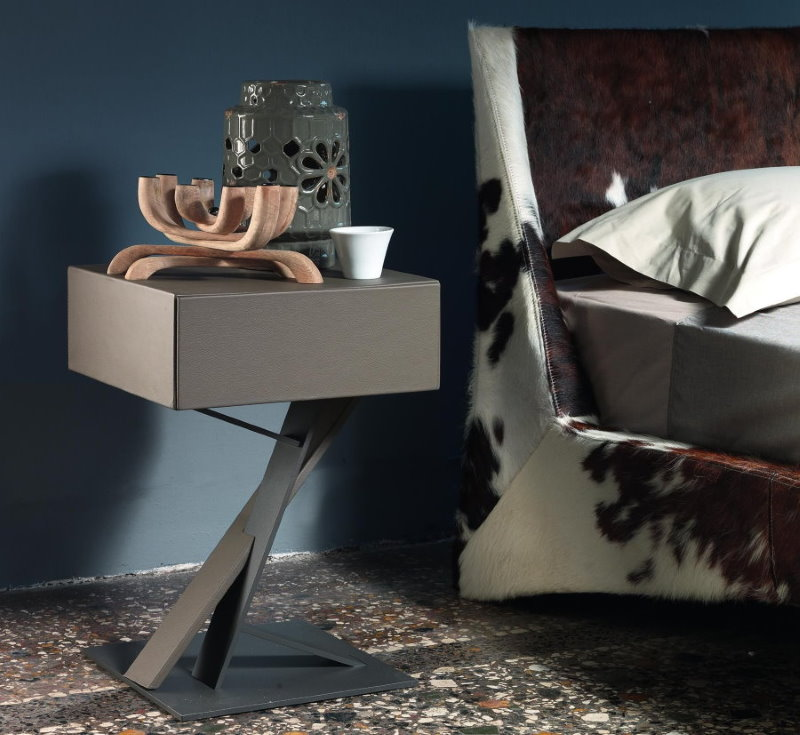 Оригинальная тумбочка в спальне современного стиля