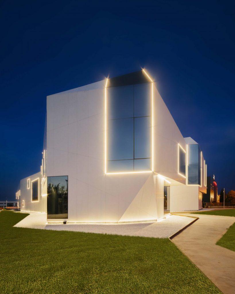 Яркая подсветка здания в современном стиле