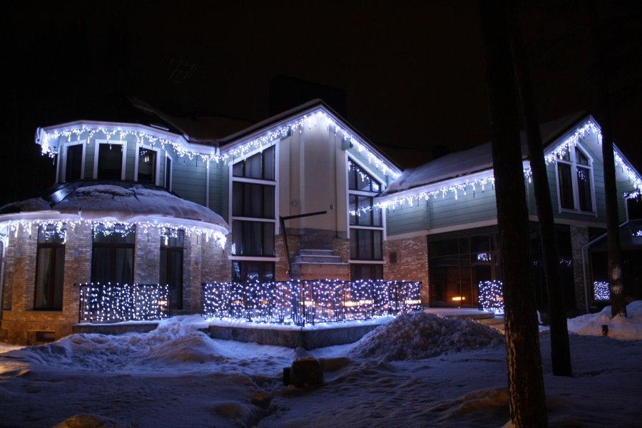 Новогодняя подсветка двухэтажного загородного дома