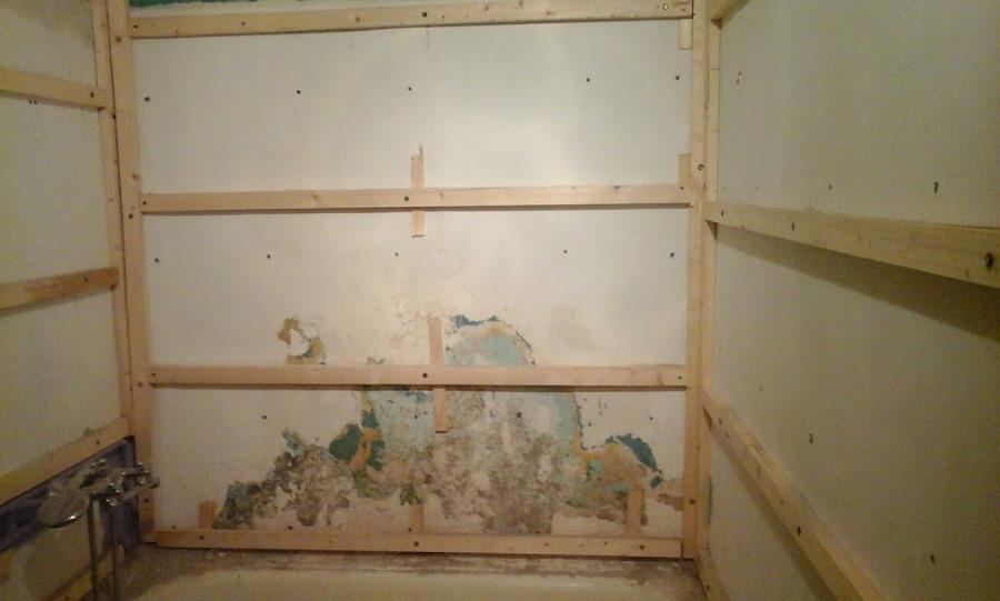 Деревянная обрешетка под ламинат на стене ванной