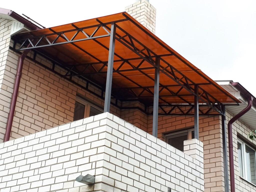 Открытый балкон с плоской крышей из поликарбоната