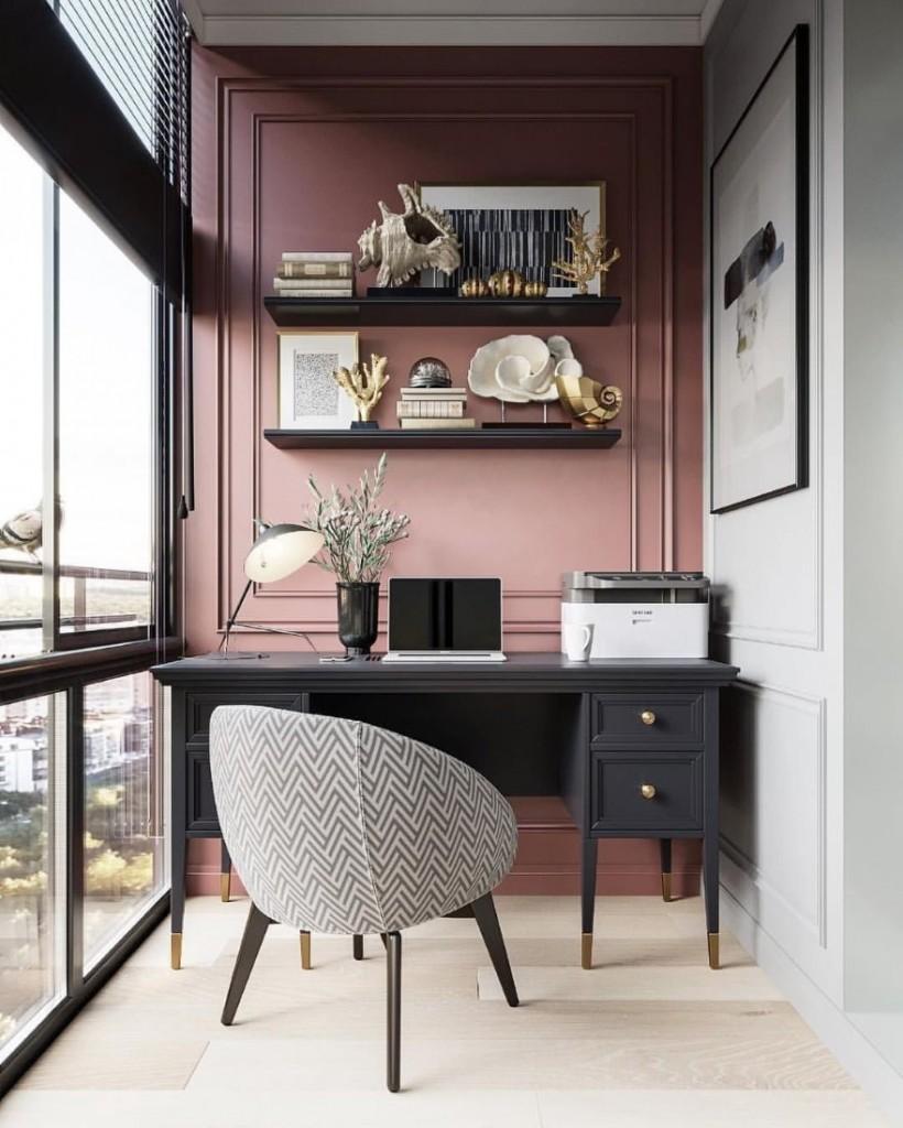 Письменный стол в рабочем кабинете на балконе