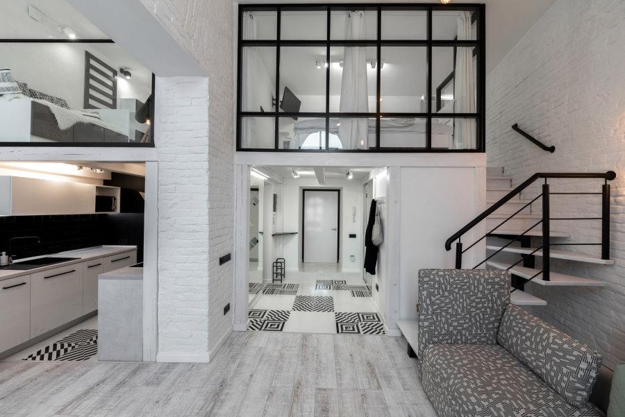 Стеклянная перегородка на верхнем ярусе квартиры