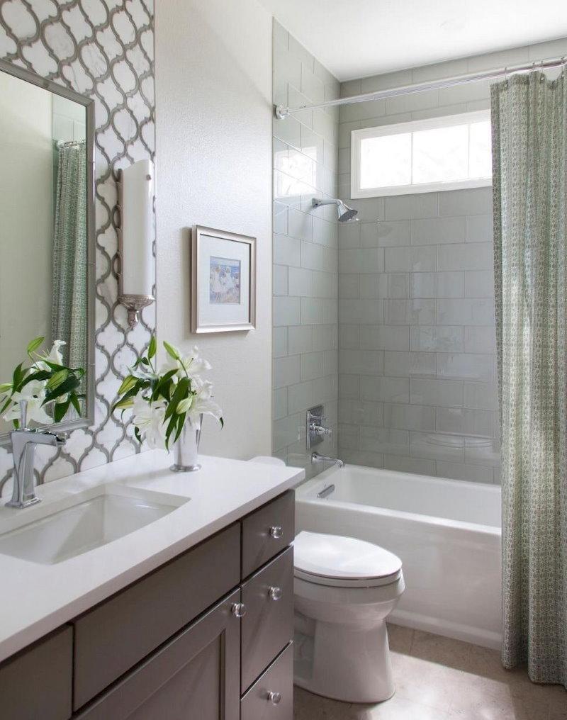 Интерьер ванной комнаты с окном на кухню