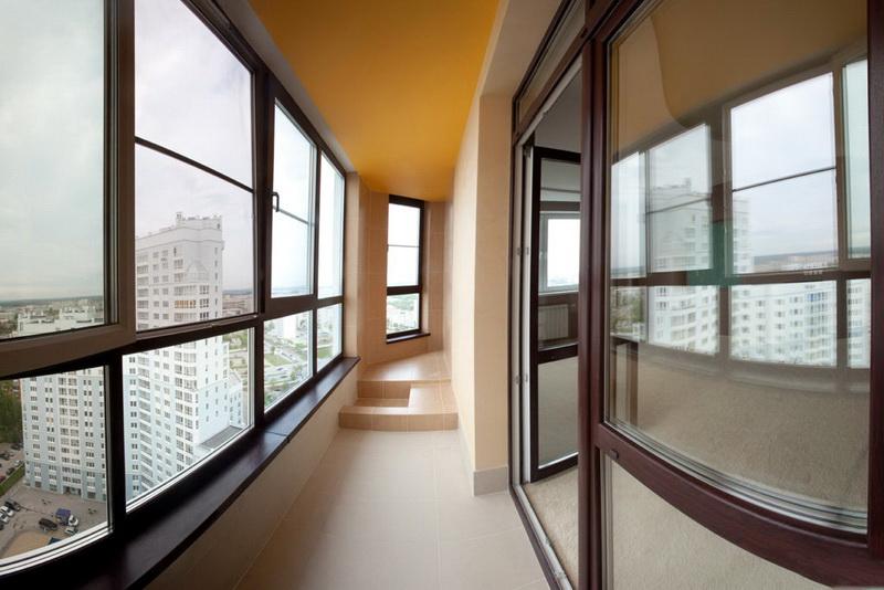 Отделка стен на балконе с французскими окнами