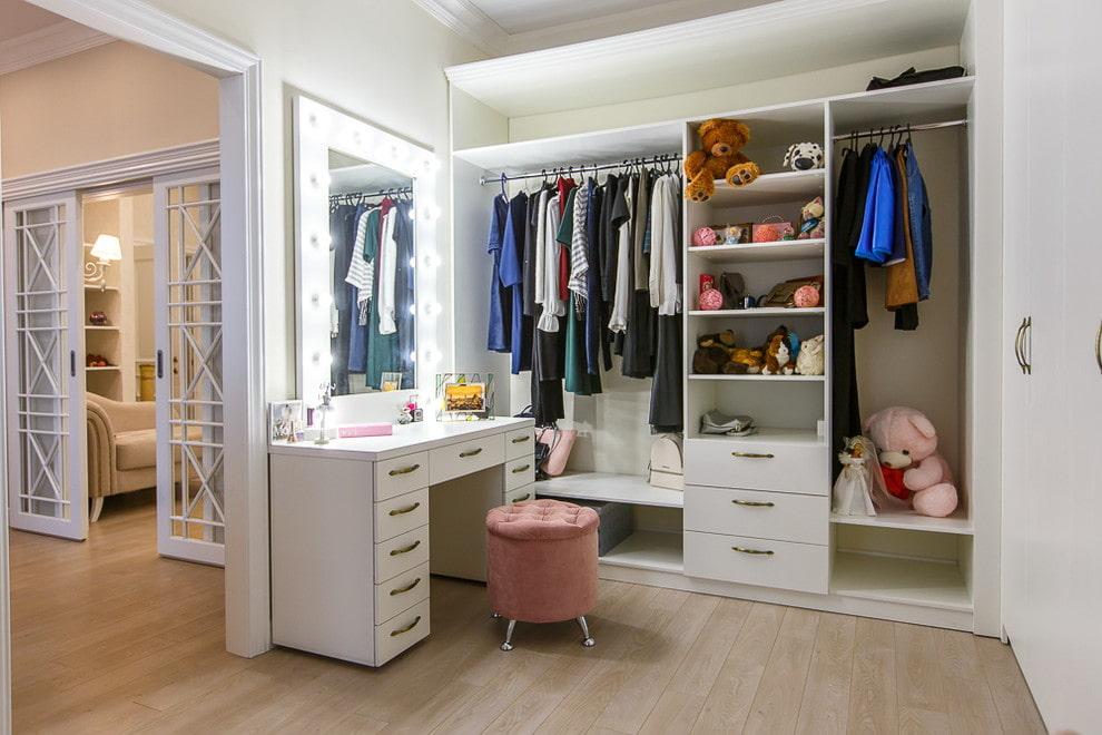 Зеркало с подсветкой в детской гардеробной комнате