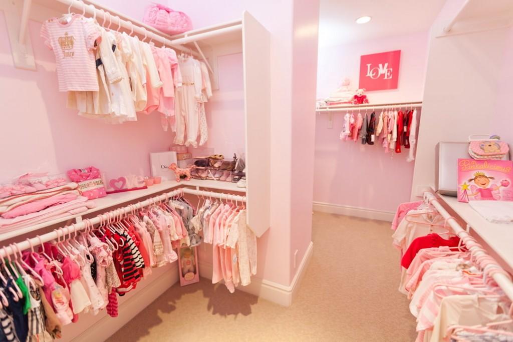 Розовая отделка стен в гардеробной для девочки