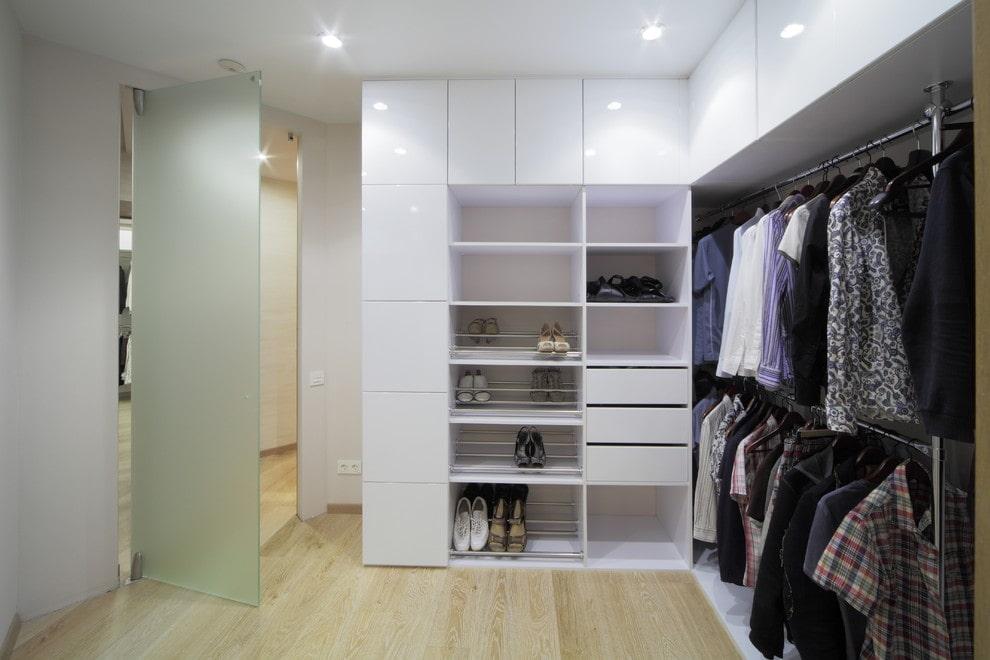 Правильное освещение гардеробной с белой мебелью
