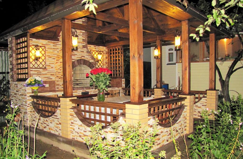 Освещение садовой беседки на кирпичных столбах