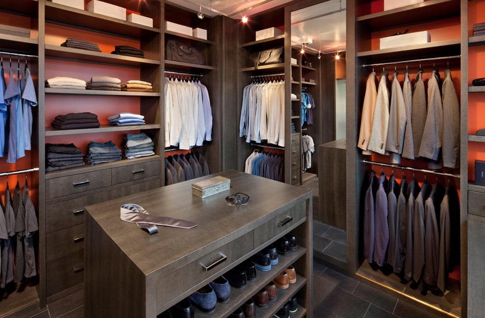 Комод посередине гардеробной комнаты для мужчины
