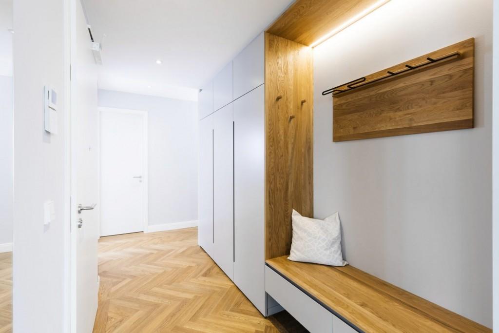 Узкая встроенная прихожая в белом коридоре