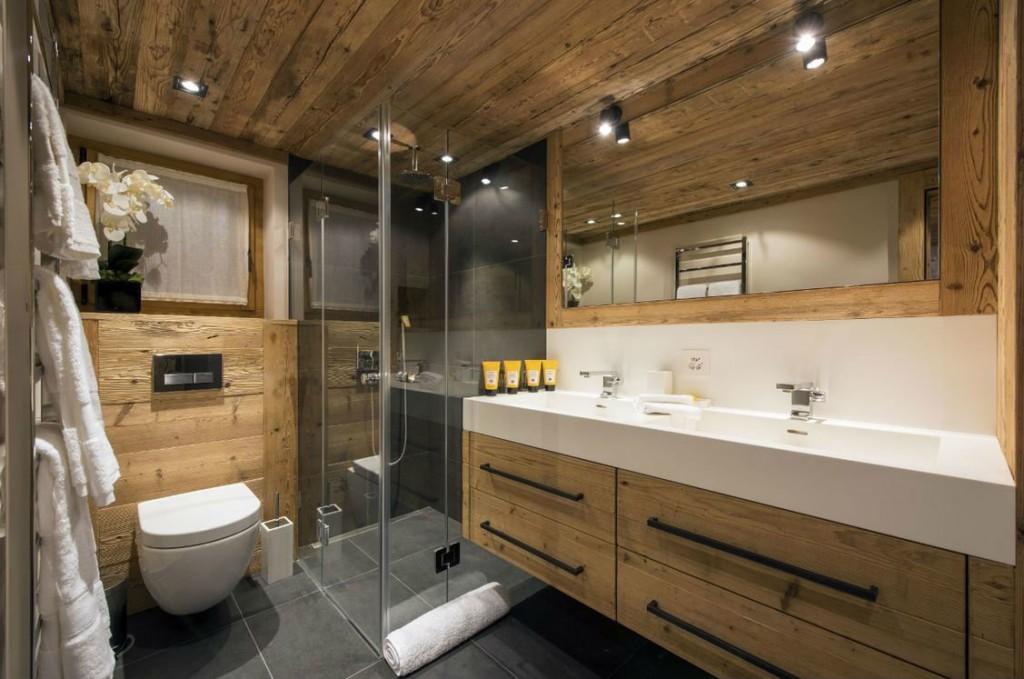Накладные светильники на деревянном потолке в ванной