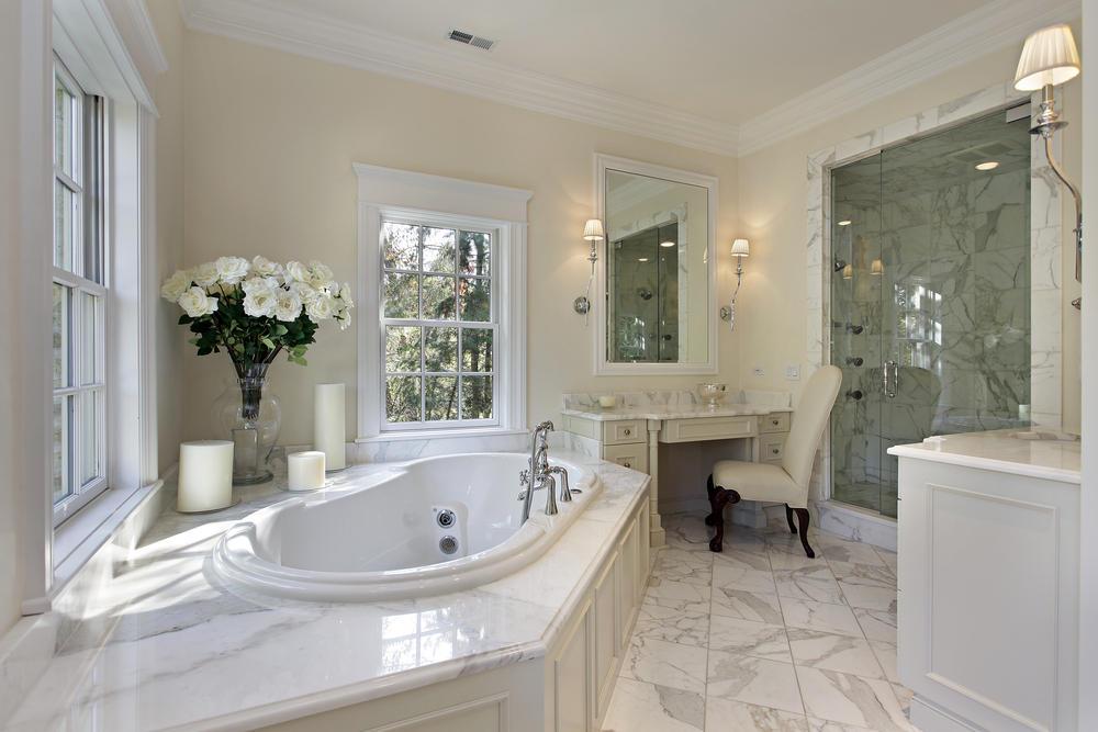 Естественное освещение в ванной комнате с окнами