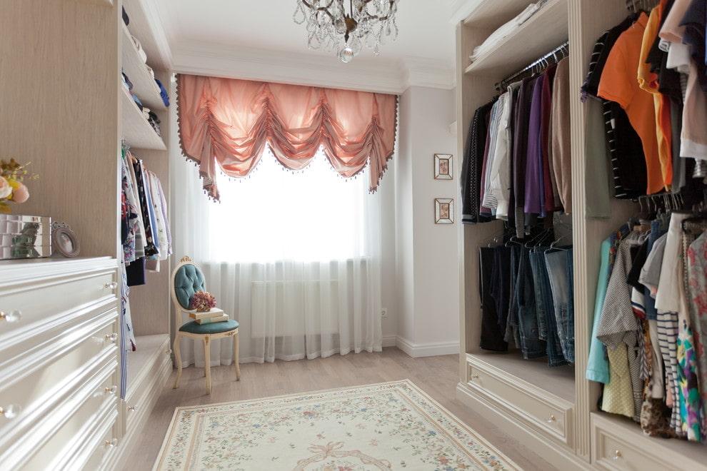 Пример комплектации гардеробной комнаты для девушки