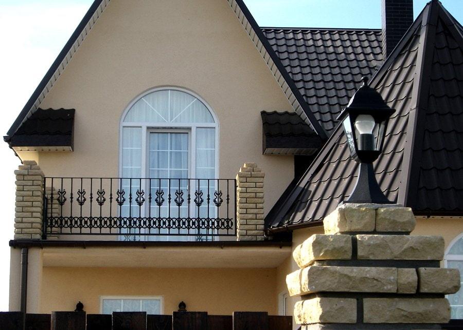 Открытый балкон с кирпичными столбиками