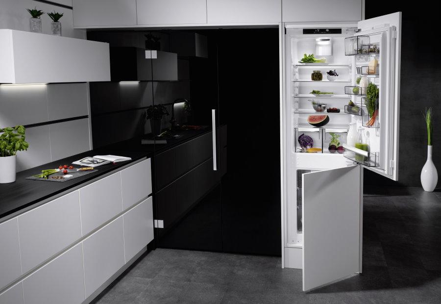 Двухкамерный холодильник в интерьере встроенной кухни