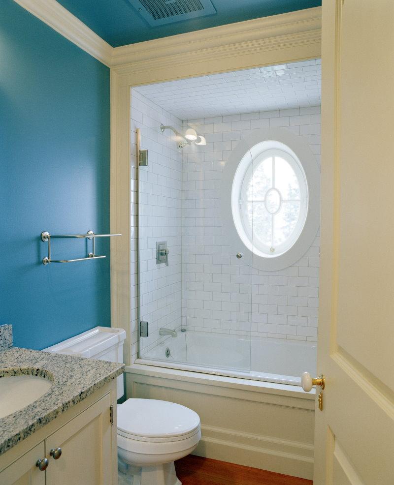 Овальное окошко над встроенной ванной