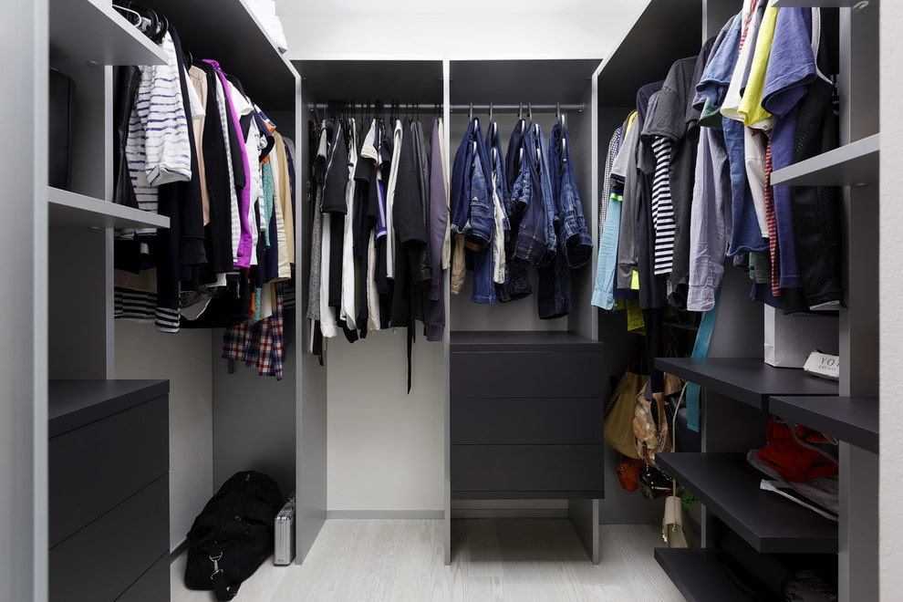 Темная мебель в гардеробной 3 кв м п-образной планировки
