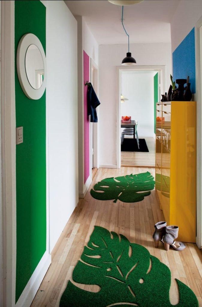 Пальмовые коврики в прихожей квартиры