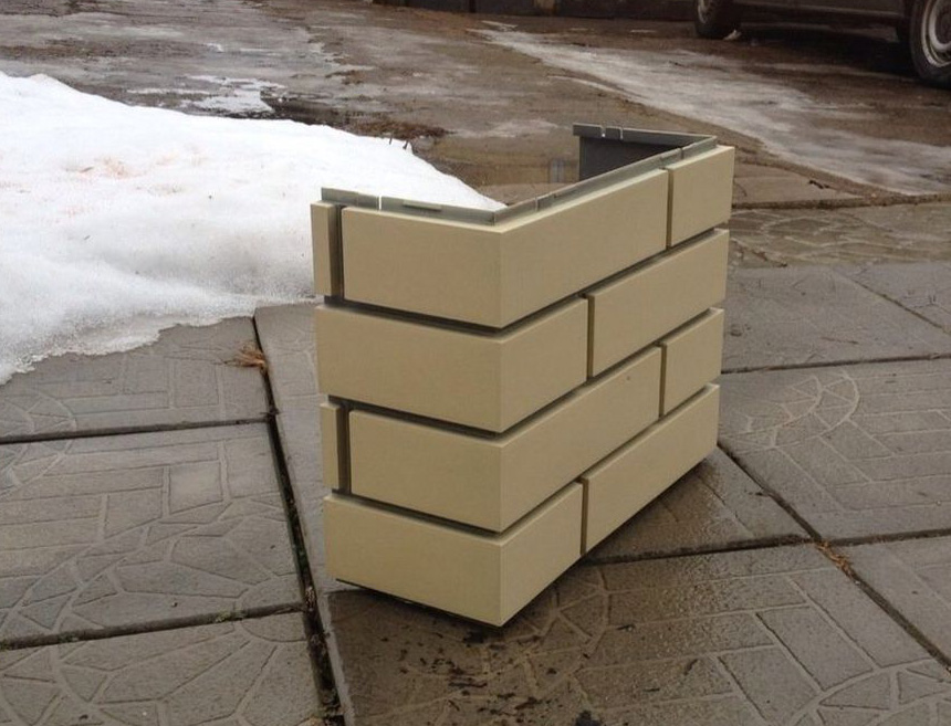 Пластиковая панель для декорирования бетонного столба