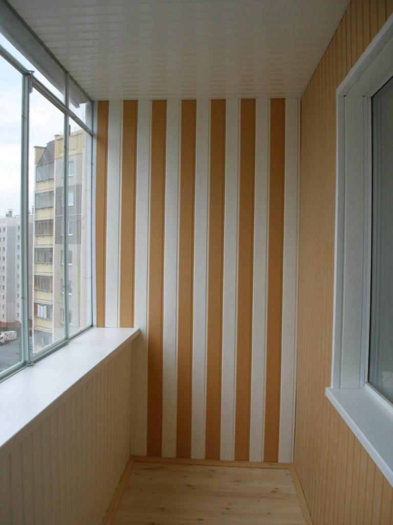 Панели в полоску на узкой стене балкона