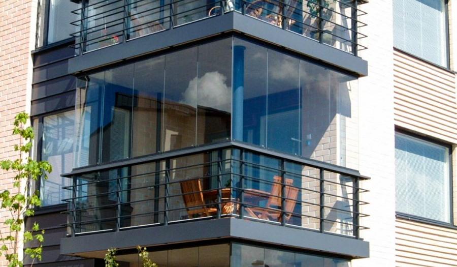 Угловой балкон с безрамным остеклением