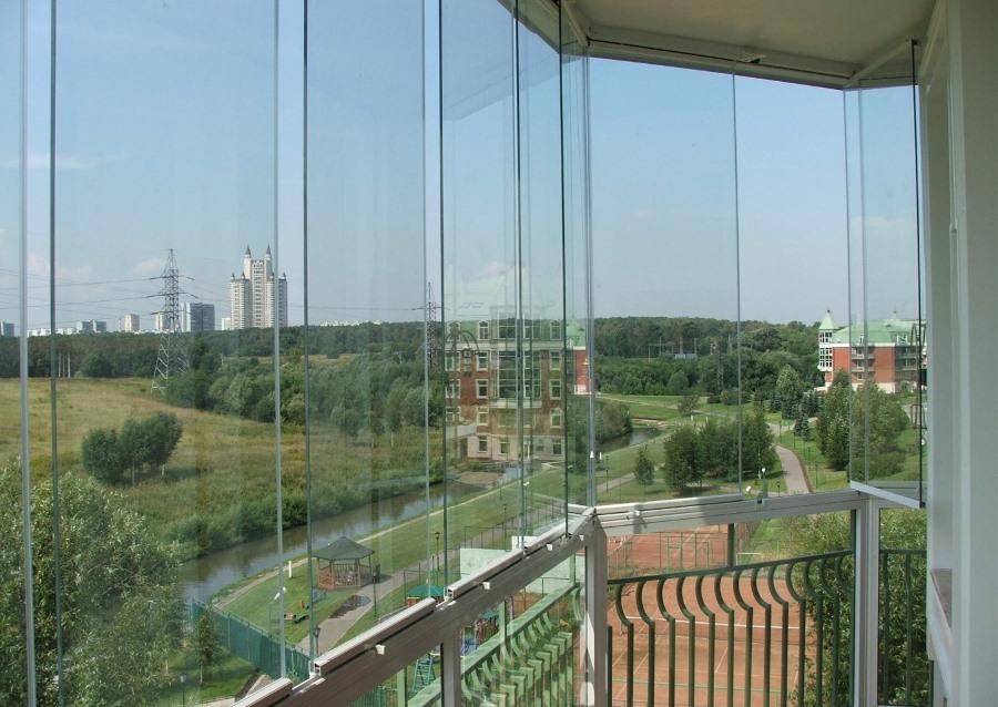 Вид на речку с балкона с безрамным остеклением