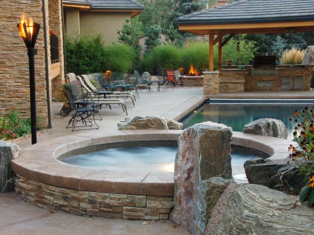 Патио с бассейном в ландшафтном дизайне участка