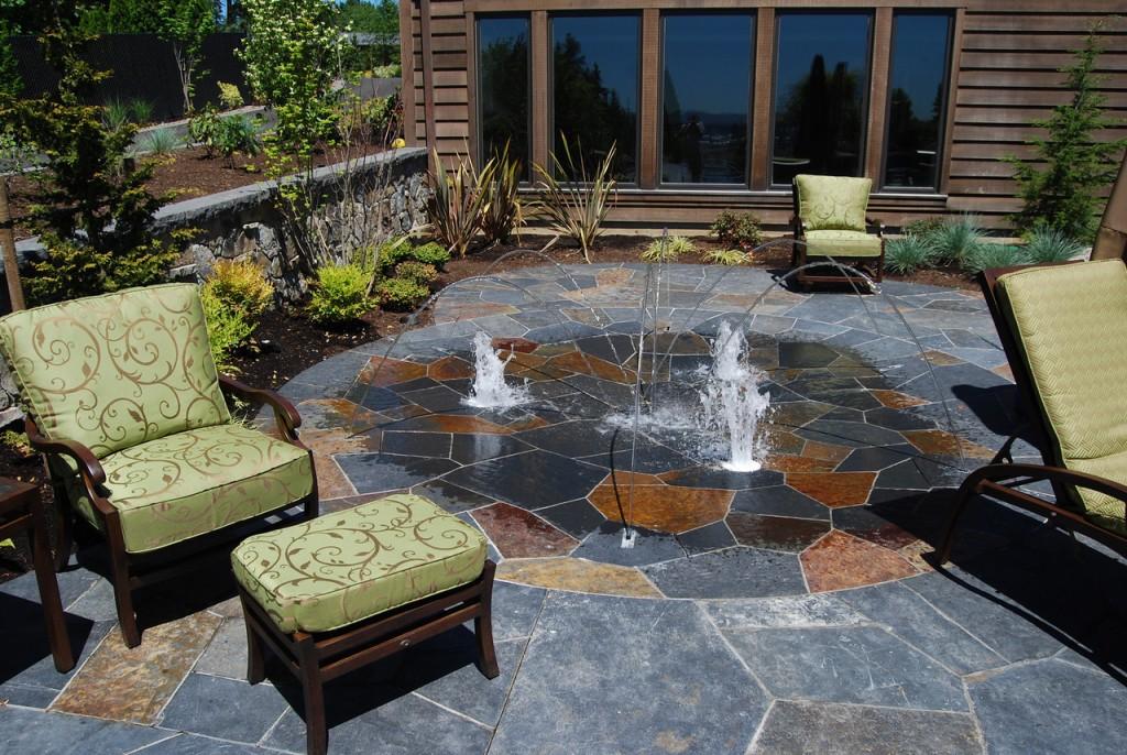Мягкая мебель во внутренним дворике с фонтаном