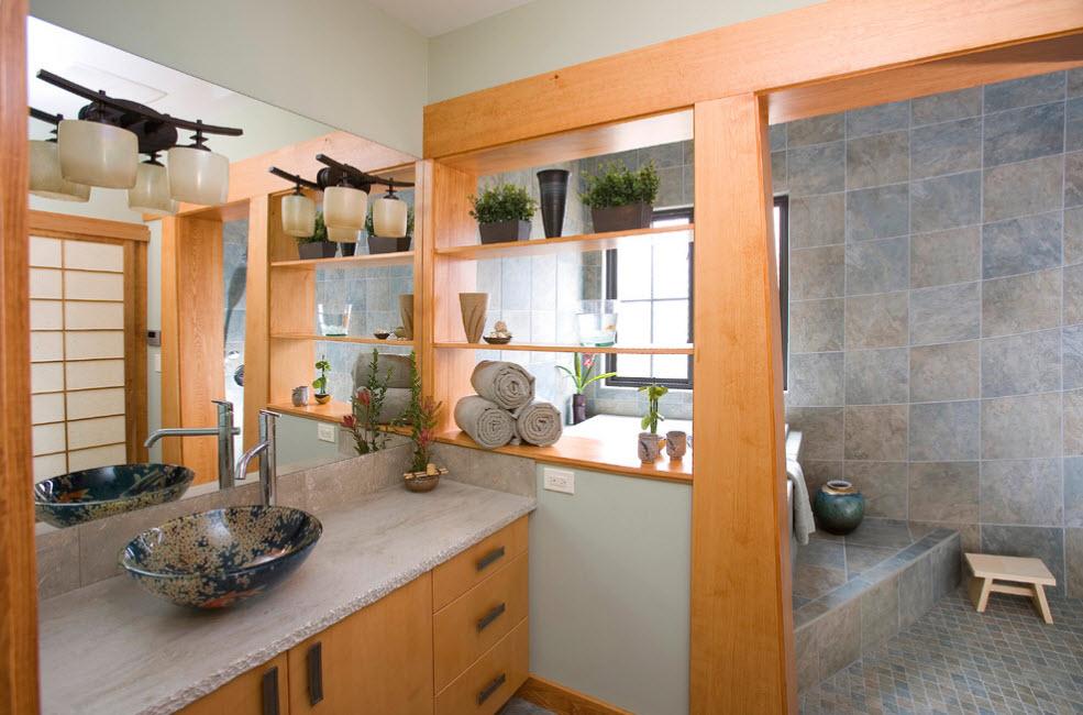 Перегородка с полочками в просторной ванной комнате