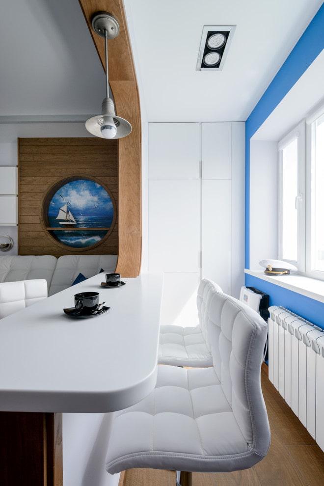 Белая пластиковая столешница между кухней и лоджией