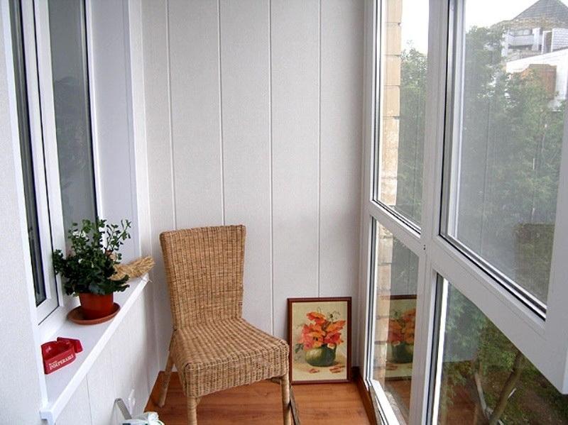 Облицовка стен балкона белыми пластиковыми панелями