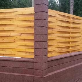 Современный плетень из досок на столбах из бетона