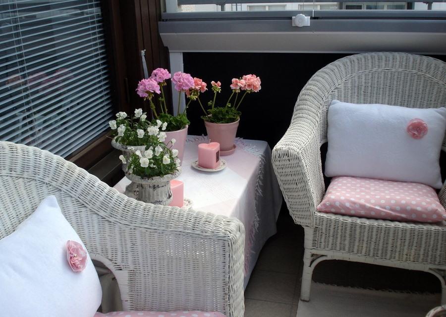 Плетенные кресла на балконе квартиры