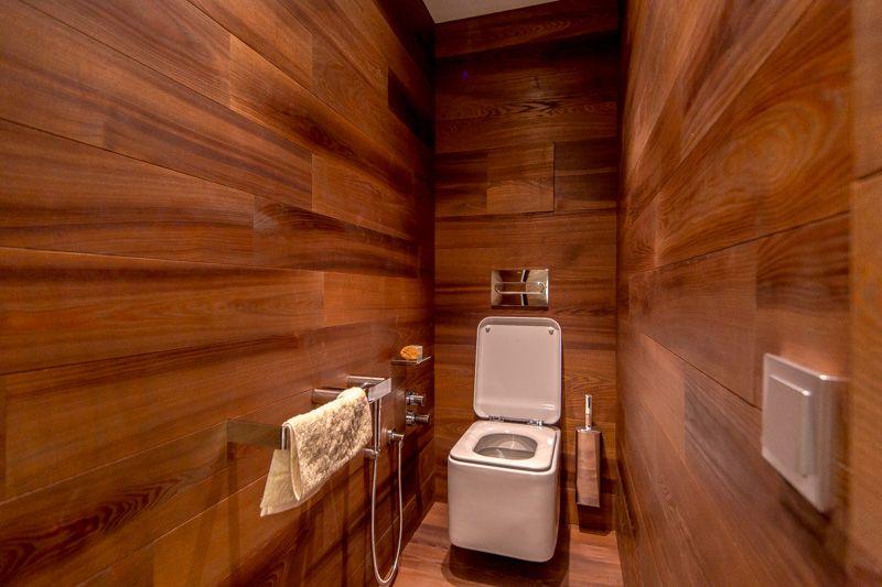 Белая сантехника в современном туалете