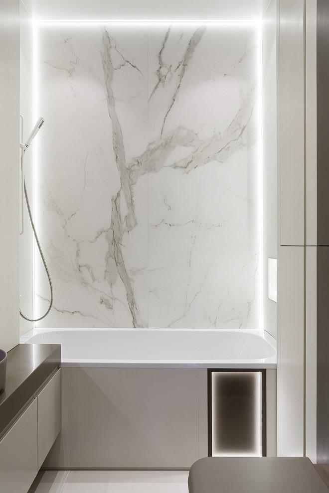 Декоративное освещение в маленькой ванной комнате