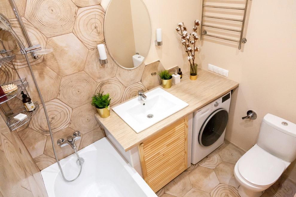 Плитка под спил дерева в бежевой ванной