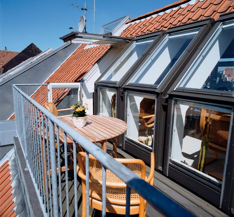 Балкон-окно с площадкой на мансарде частного дома