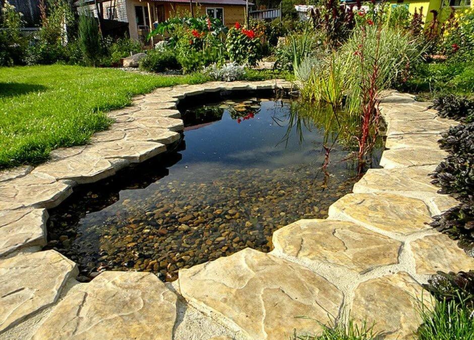 Отделка плоским камнем берегов водоема