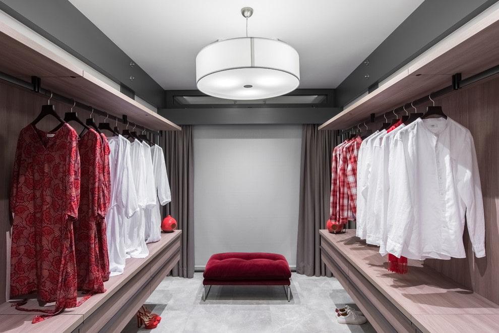 Плоский светильник на потолке гардеробной комнаты