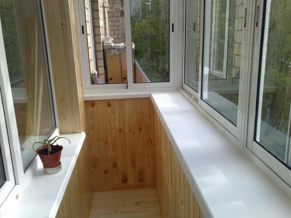 Широкий подоконник на балконе с выносом