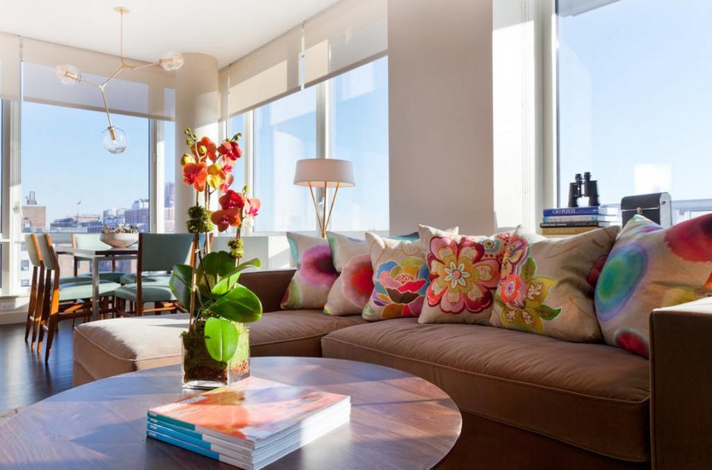 Яркие декоративные подушки в угловой гостиной