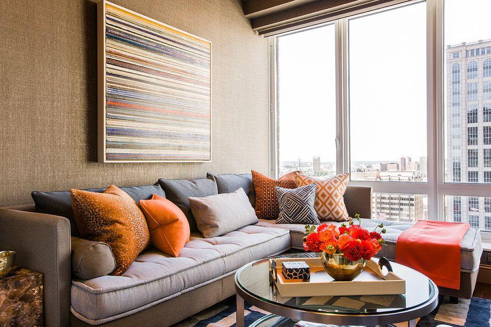 Декорирование гостиной подушками разного размера