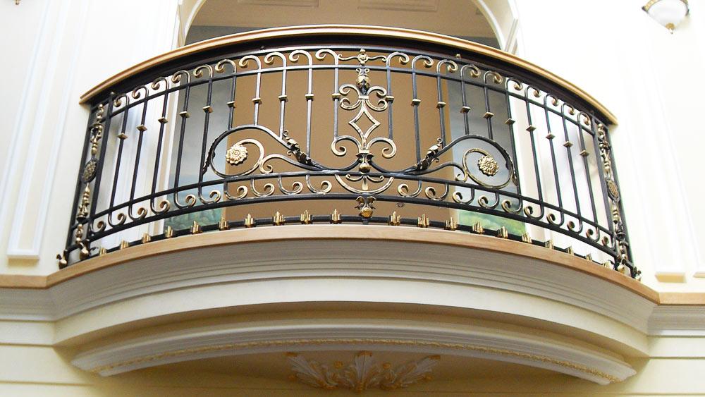 Красивый балкон с ажурной ковкой