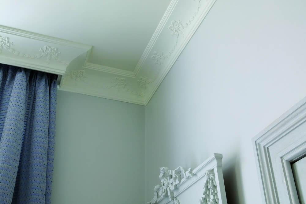 Синяя штора на потолочном багете