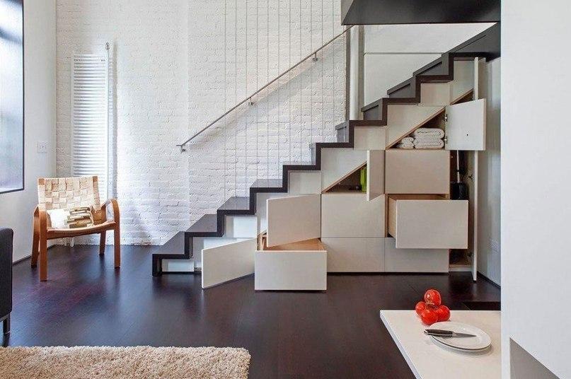 Система хранения вещей под маршевой лестницей в квартире