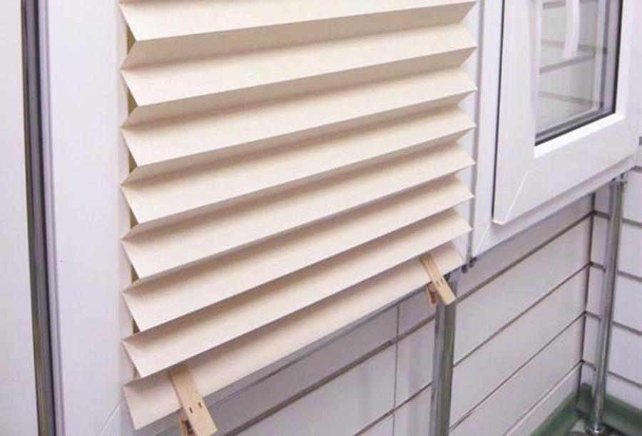 Бумажные шторы с фиксацией бельевыми прищепками