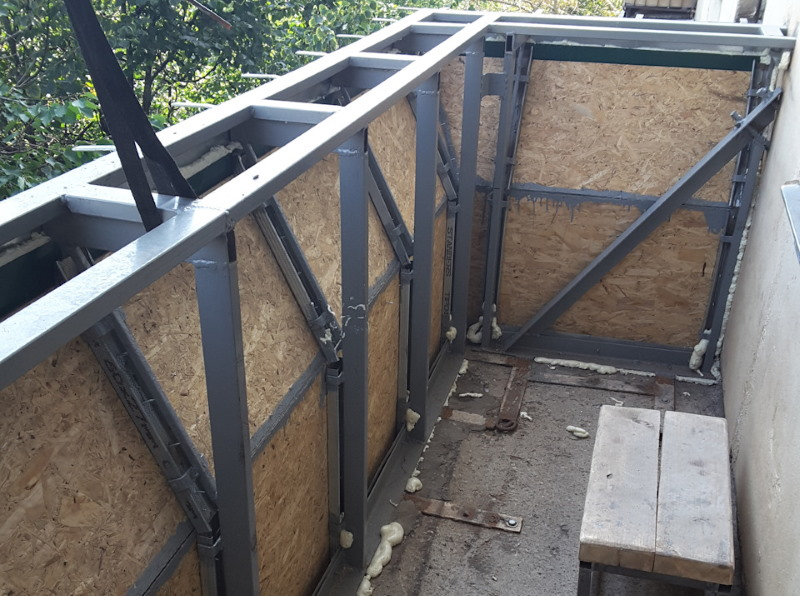Сварка металлического каркаса на балконе для выноса подоконника