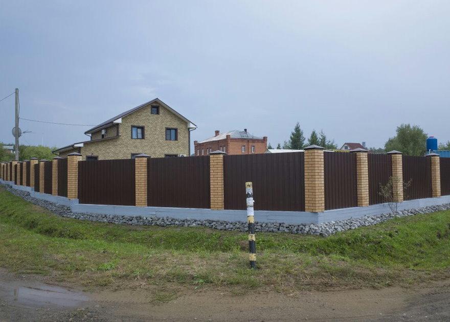 Комбинированный забор на винтовых сваях